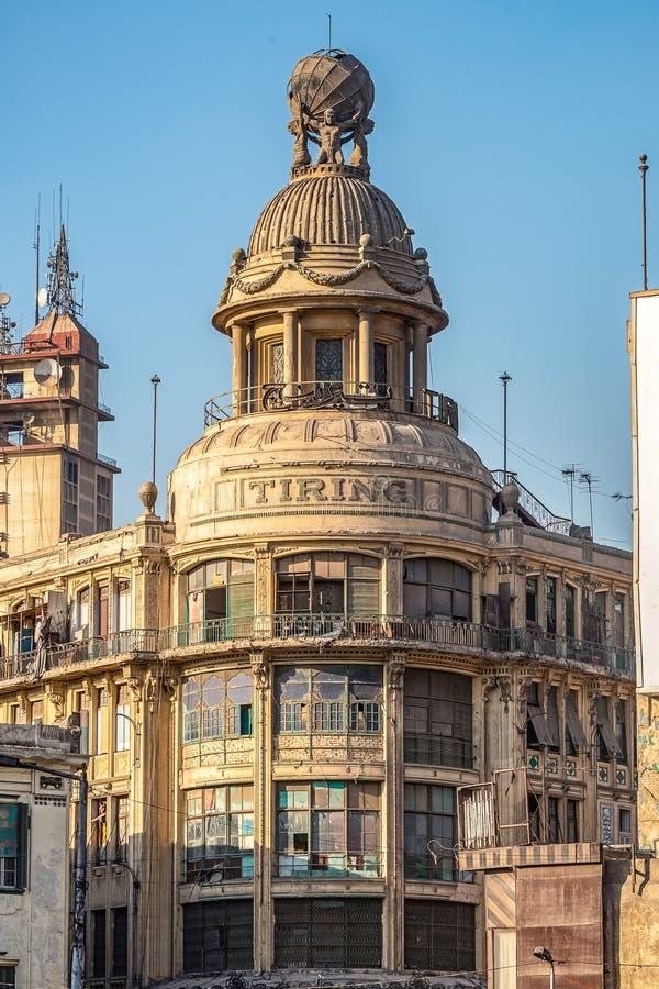 O 18/11/2018 de Cairo, Egito, negligenciando uma construção histórica em um estado abandonado em um estilo arquitetónico inglês t imagem de stock