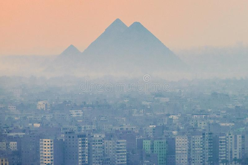 O 18/11/2018 de Cairo, Egito, vista panorâmica da cidade da plataforma de observação da capital africana e com um grande concentr foto de stock