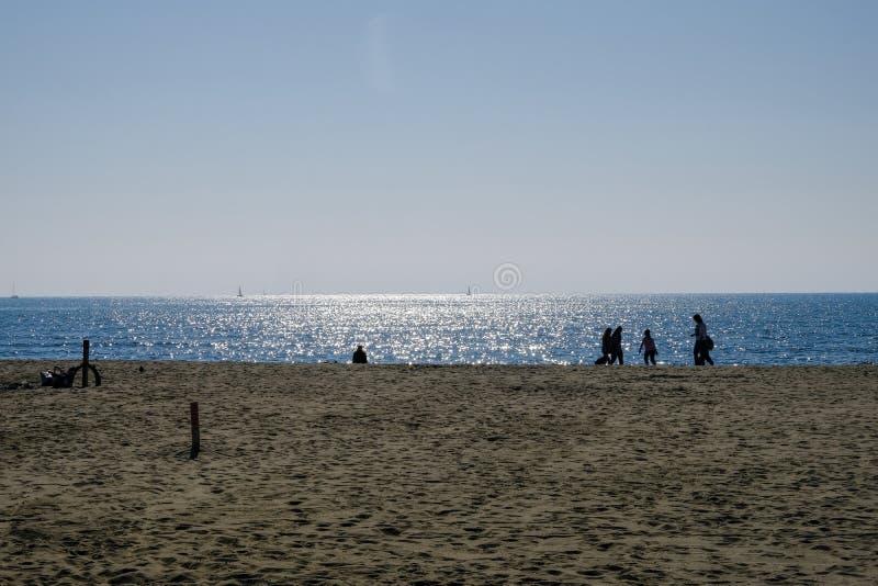 2019 o 25 de março, Viareggio, Itália - Sunny Sunday na praia de Viareggio em Toscânia Os Bathhouses são fechados ainda para o po foto de stock