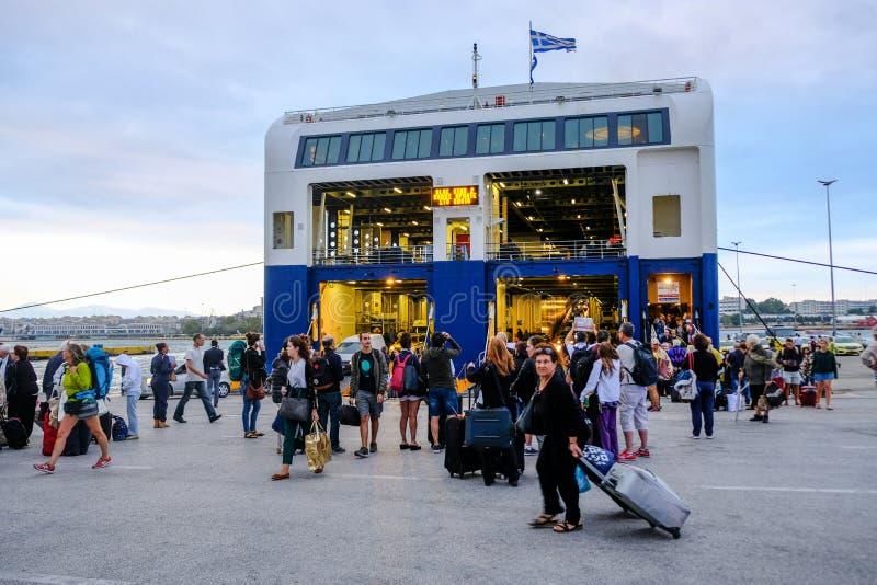 2018 o 24 de setembro, ferryboat de Syros, Grécia O vento pode ser extrem foto de stock