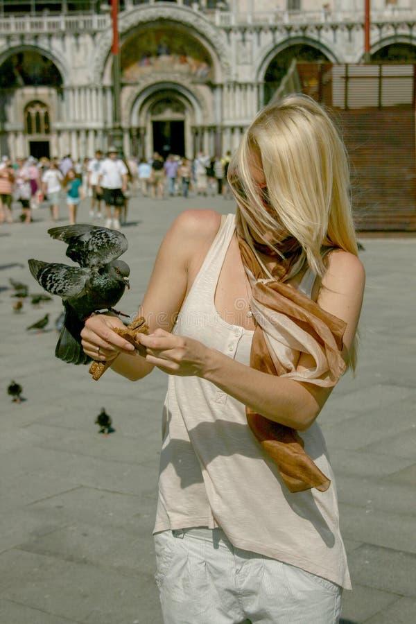 O ` de Veneza do `, alimentação da mulher da moça de Itália mergulhou fotografia de stock
