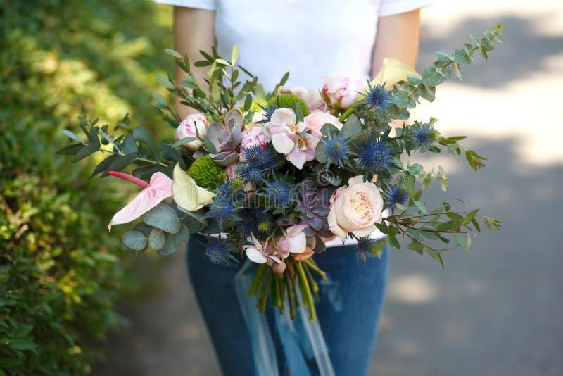 O decorador do florista da mulher do close up guarda o ramalhete bonito da flor fresca para a noiva Decoração do evento Trabalhos imagem de stock royalty free