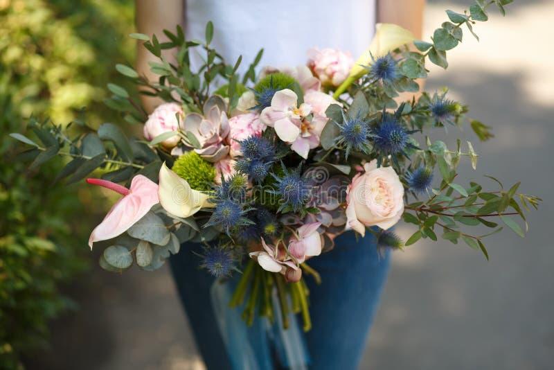 O decorador do florista da mulher do close up guarda o ramalhete bonito da flor fresca para a noiva Decoração do evento Trabalhos fotos de stock