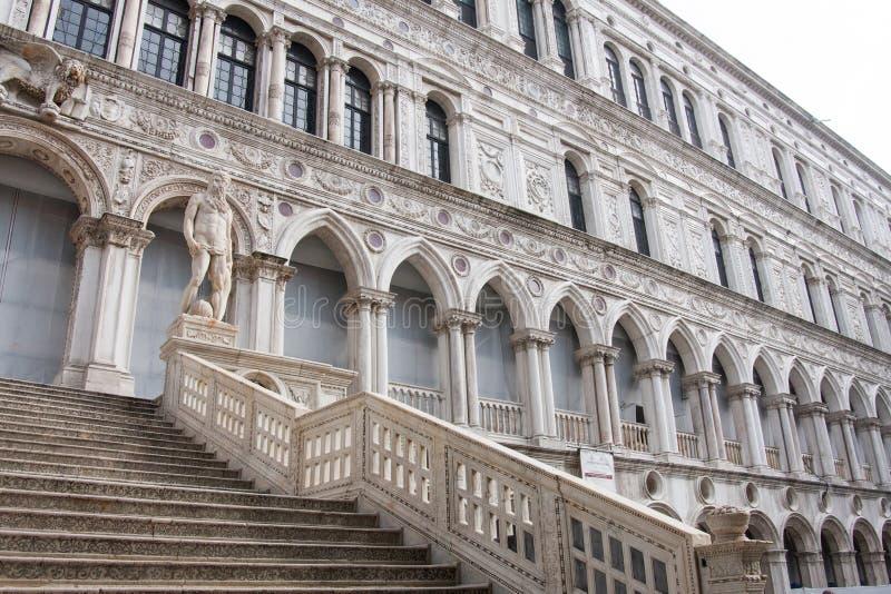 O dei Giganti de Scala no pátio do palácio do ` s do doge, Veneza foto de stock