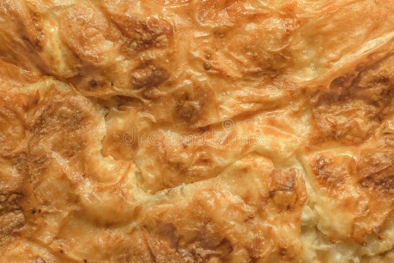 O deleite tradicional sérvio Gibanica amarrotou o queijo Cru cozido torta imagens de stock