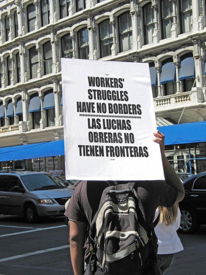 O demonstrador assina dentro o protesto dos trabalhadores em Manhattan fotografia de stock royalty free