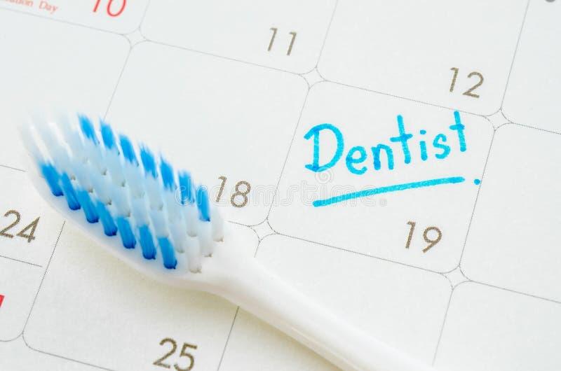 O dentista das palavras escrito em um calendário imagem de stock royalty free