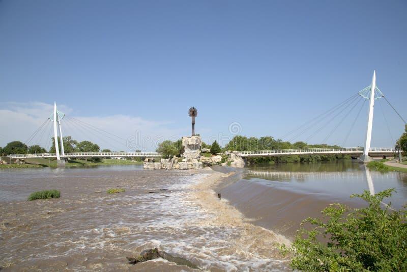 O depositário das planícies e da opinião de Wichita Kansas da ponte pedestre fotos de stock