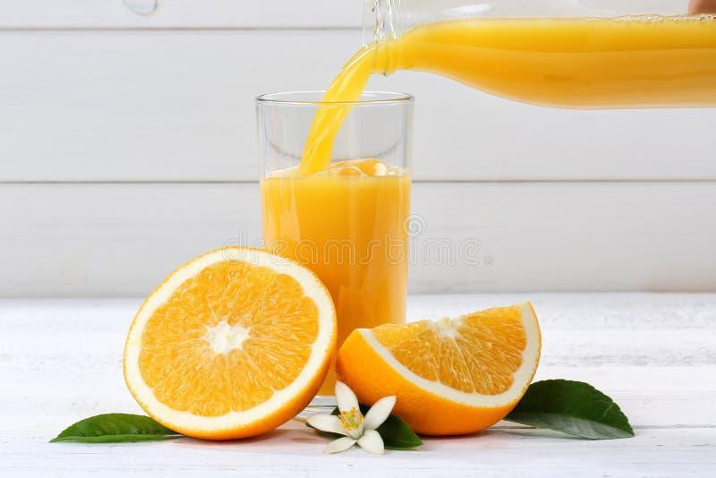 O derramamento do suco de laranja derrama frutos do fruto das laranjas fotos de stock royalty free