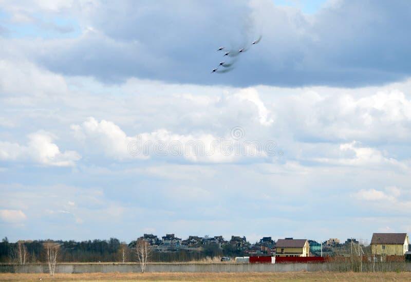 O desempenho da equipe aerobatic de Strizhi nos lutadores MiG-29 altamente manobráveis de múltiplos propósitos sobre o aeródromo  foto de stock royalty free