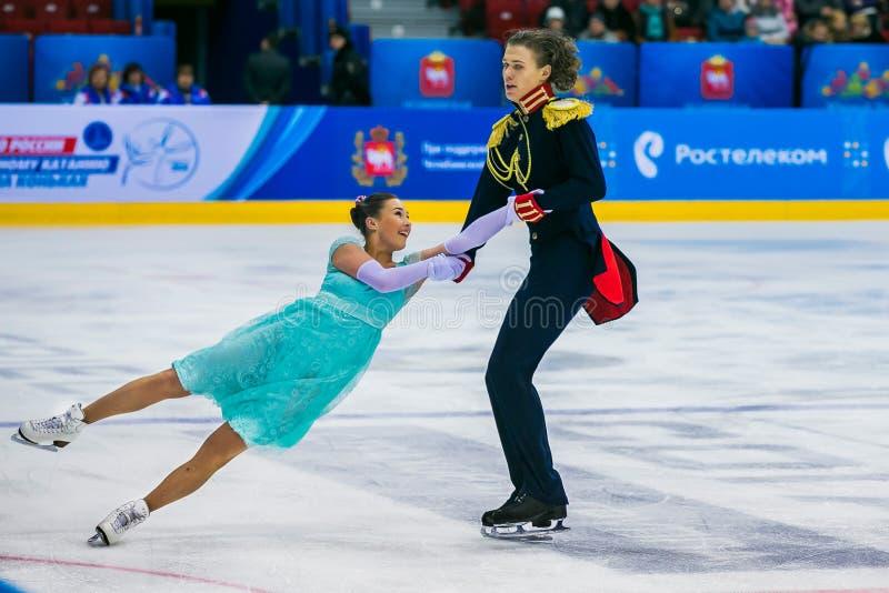 O desempenho de atletas novos dos skateres emparelha a espiral de patinagem da morte do interior do elemento para trás fotografia de stock royalty free