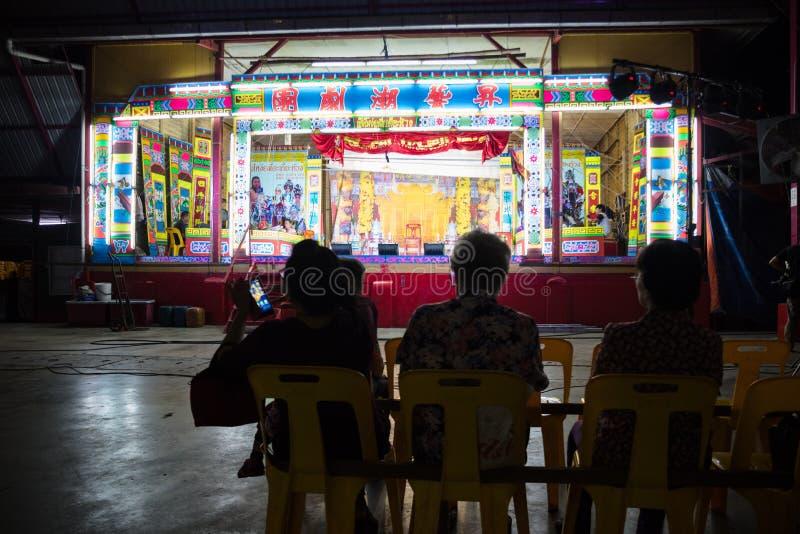 O desempenho de espera de Opera do chinês da audiência local fotografia de stock