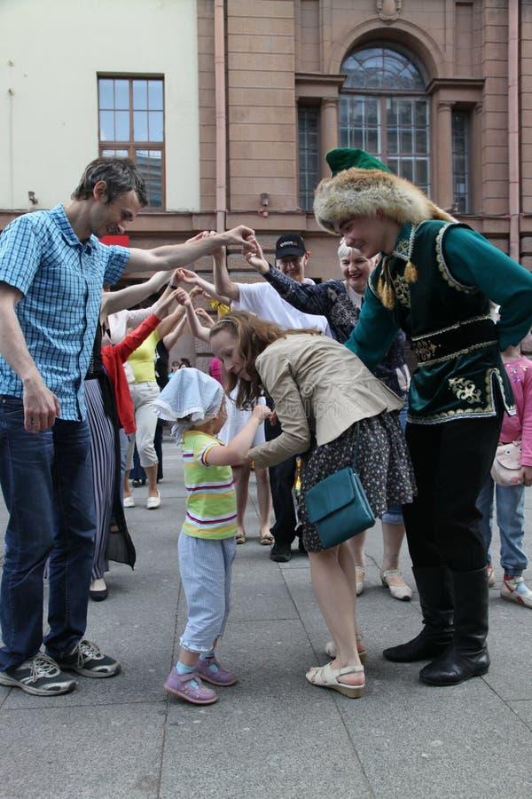O desempenho do conjunto nacional Bashkir Yandek dos músicos e dos dançarinos (Bashkortostan) foto de stock