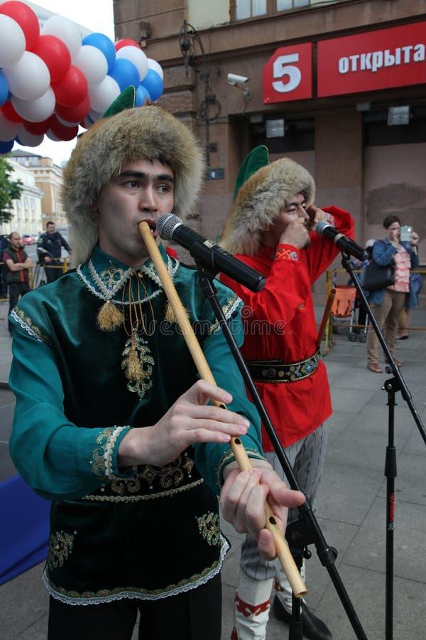 O desempenho do conjunto nacional Bashkir Yandek dos músicos e dos dançarinos (Bashkortostan) fotografia de stock