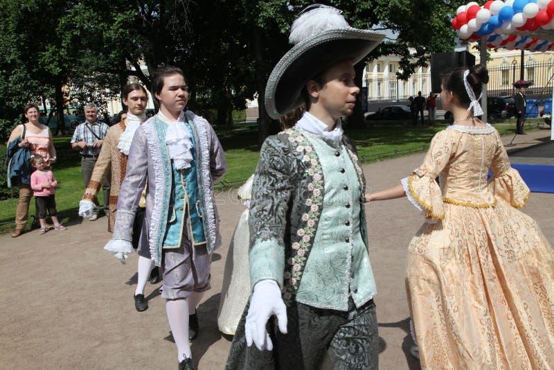 O desempenho dos promotores e dos dançarinos do conjunto de traje histórico e de dança Vilanella fotografia de stock