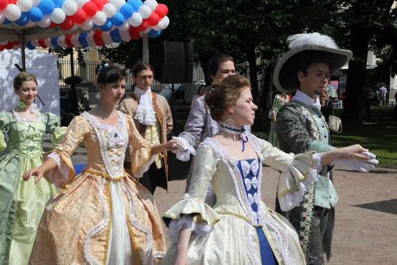 O desempenho dos promotores e dos dançarinos do conjunto de traje histórico e de dança Vilanella fotos de stock royalty free