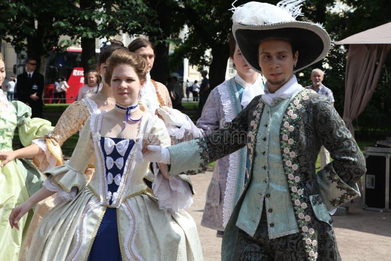 O desempenho dos promotores e dos dançarinos do conjunto de traje histórico e de dança Vilanella foto de stock