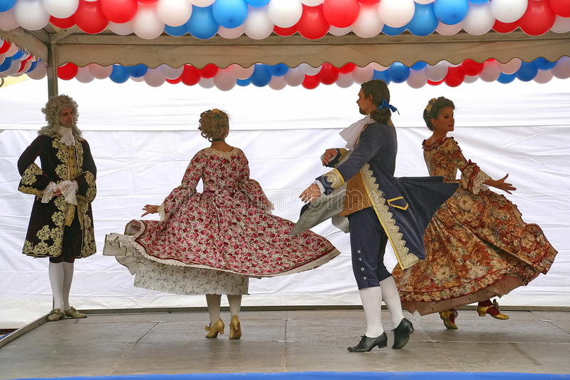 O desempenho dos promotores e dos dançarinos do conjunto dos sobrinho históricos de Rameau do traje e da dança foto de stock royalty free
