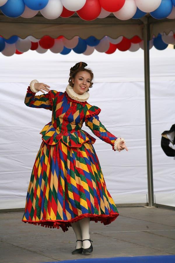 O desempenho dos promotores e dos dançarinos do conjunto dos sobrinho históricos de Rameau do traje e da dança fotos de stock