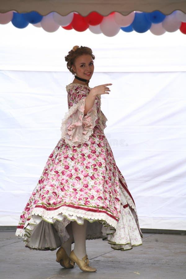 O desempenho dos promotores e dos dançarinos do conjunto dos sobrinho históricos de Rameau do traje e da dança fotografia de stock royalty free