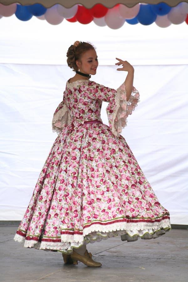 O desempenho dos promotores e dos dançarinos do conjunto dos sobrinho históricos de Rameau do traje e da dança fotografia de stock