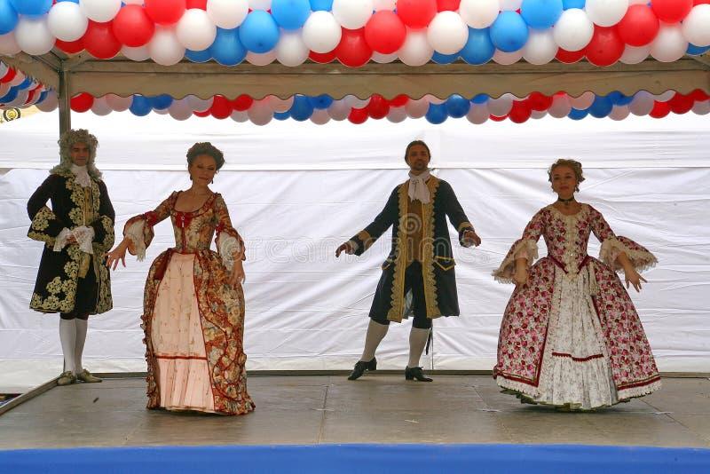 O desempenho dos promotores e dos dançarinos do conjunto dos sobrinho históricos de Rameau do traje e da dança fotos de stock royalty free