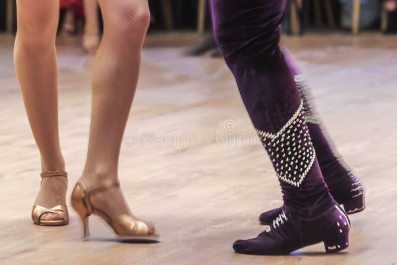 O desempenho em um salão de baile, editorial do dançarino da salsa, pés dos detalhes em Turquia Adana imagens de stock