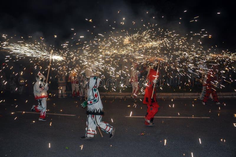 O desempenho tradicional chamou correfocs (as corridas do fogo) Reus, Spain foto de stock