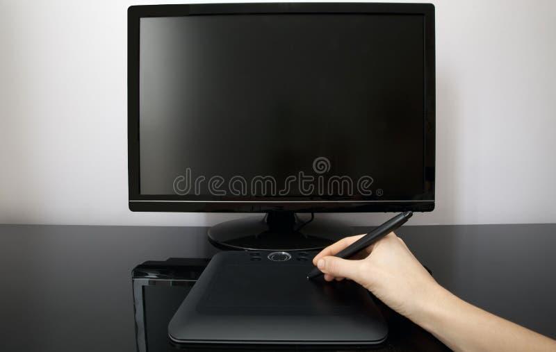 O desenhador fêmea usa a pena e a tabuleta fotografia de stock royalty free