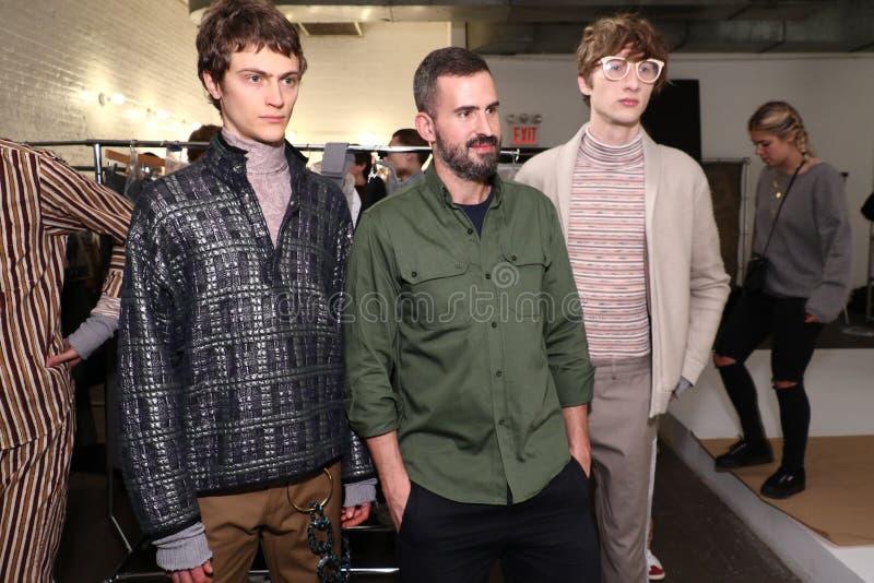 O desenhista Lucio Castro e os modelos levantam de bastidores durante a apresentação de Lucio Castro fotografia de stock