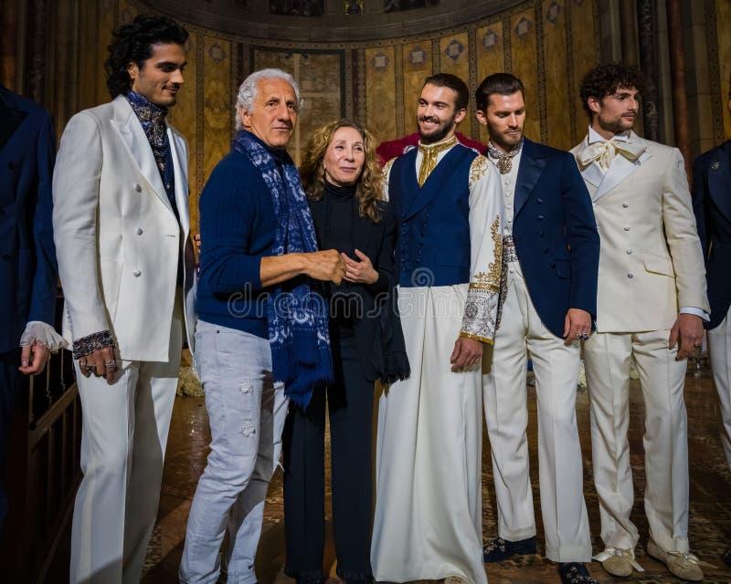 O desenhista Reem Acra, Joseph Abboud e modelos masculinos levanta na pista de decolagem durante a coleção da forma de Reem Acra  imagem de stock royalty free