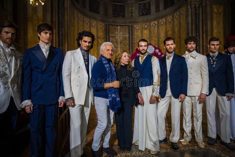 O desenhista Reem Acra, Joseph Abboud e modelos masculinos levanta na pista de decolagem durante a cole??o da forma de Reem Acra  foto de stock royalty free