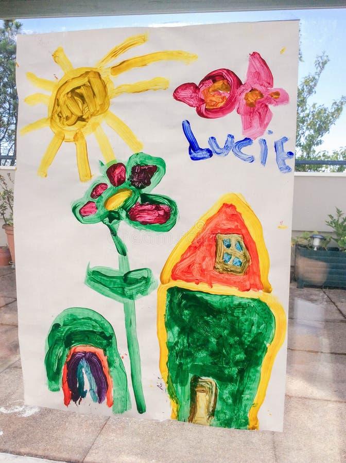 O desenho da criança de uma casa e de um jardim sob o sol foto de stock royalty free