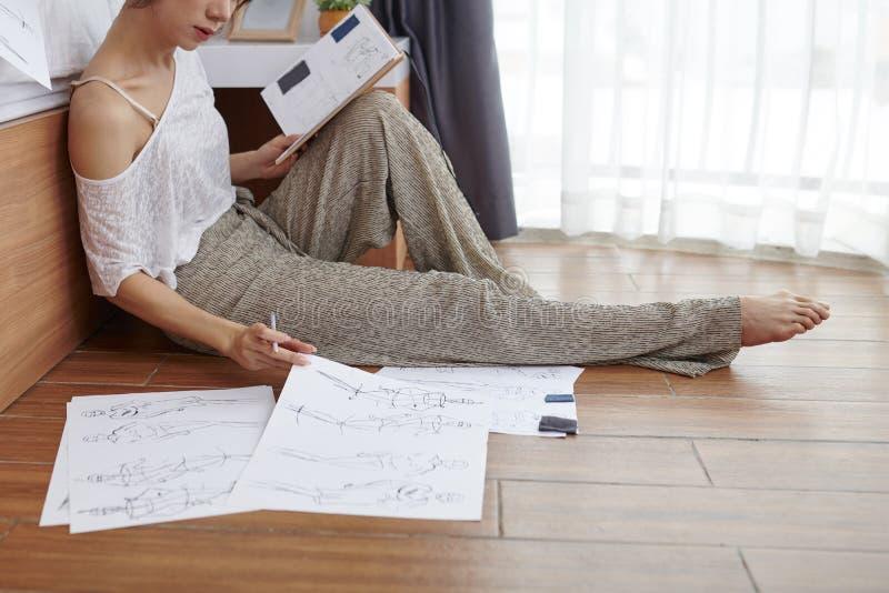 O desenho da mulher esboça em casa fotos de stock royalty free