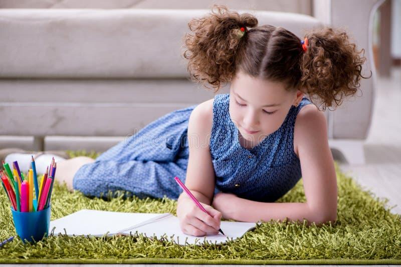 O desenho novo da menina no papel com lápis fotografia de stock