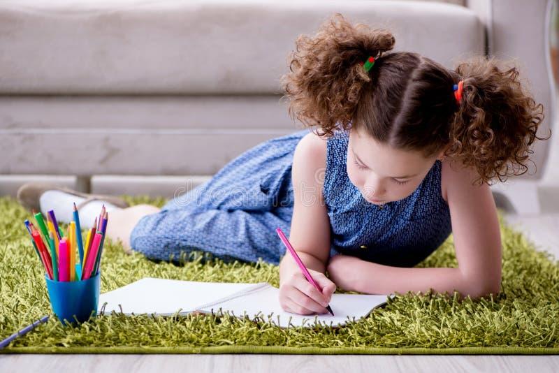 O desenho novo da menina no papel com lápis imagem de stock