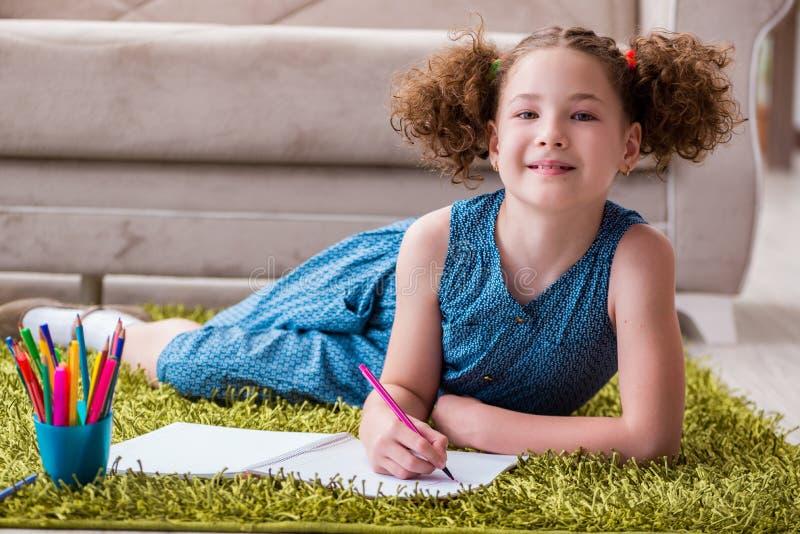 O desenho novo da menina no papel com lápis imagem de stock royalty free