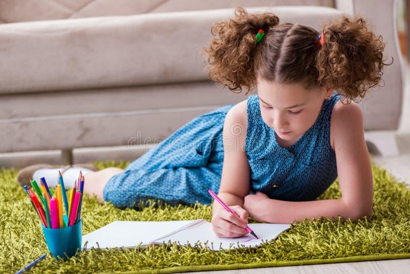 O desenho novo da menina no papel com lápis imagens de stock royalty free