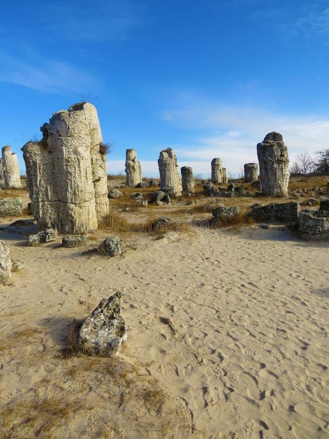 O deserto de pedra ou a floresta de pedra perto de Varna Formou naturalmente rochas da coluna Conto de fadas como a paisagem bulg foto de stock royalty free