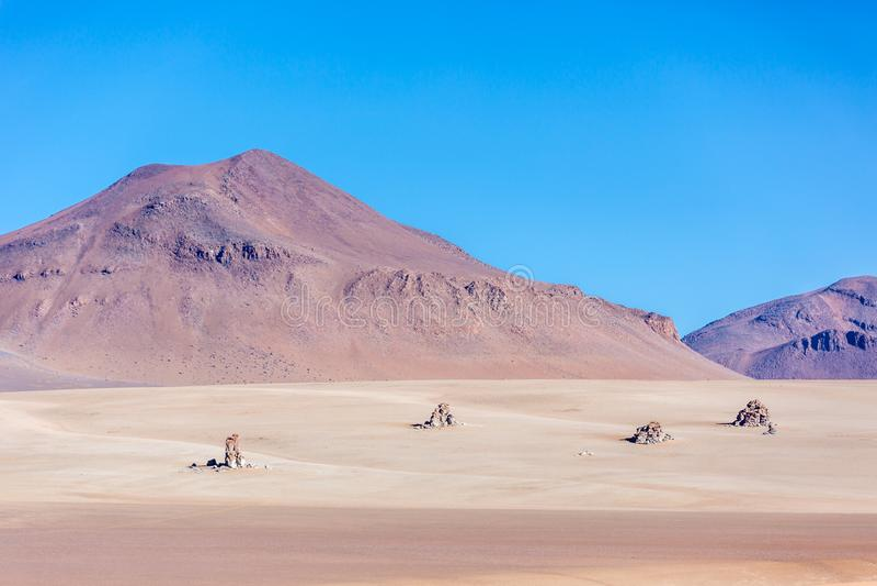 O deserto de Salvador Dali nos Andes em Bolívia imagens de stock royalty free