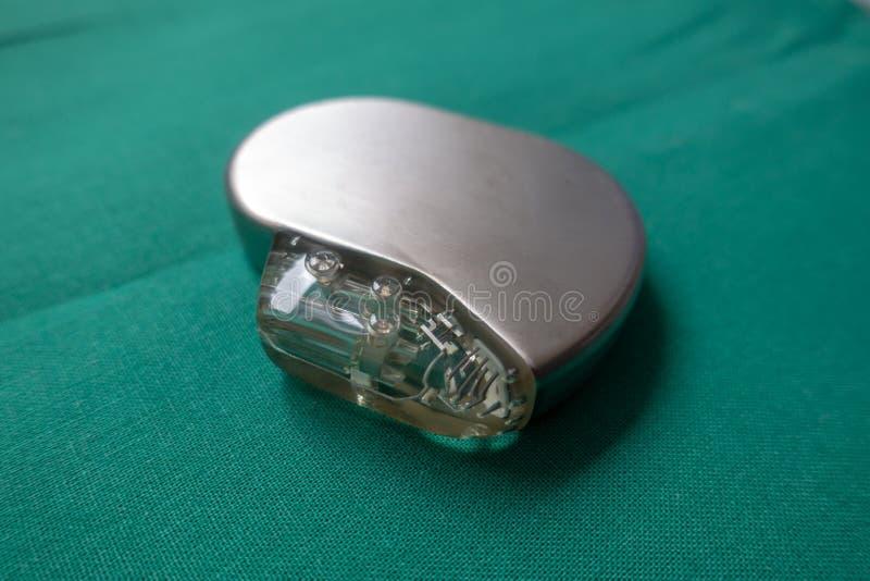 O desfibrilador de Explanted em um cirúrgico verde drapeja imagens de stock