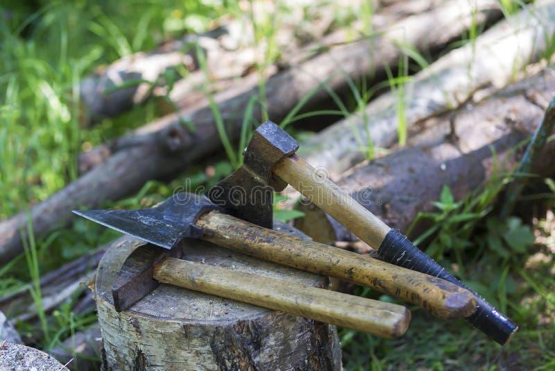 O desflorestamento ilegal, machados encontra-se no coto imagem de stock
