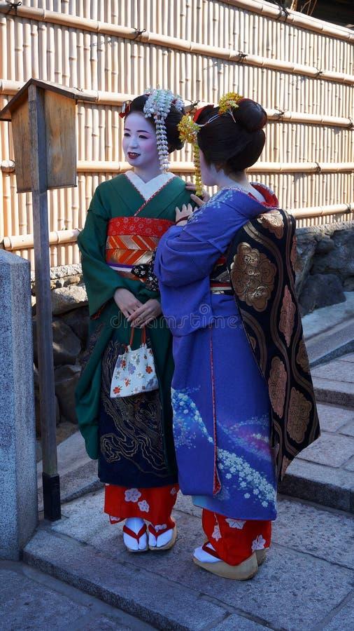 O desgaste do turismo das mulheres um vestido tradicional chamou Quimono fotos de stock royalty free