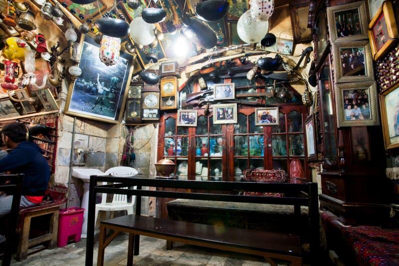O design de interiores com vintage objeta no restaurante persa tradicional imagens de stock