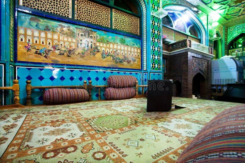 O design de interiores do restaurante iraniano tradicional com otomano deita fotos de stock
