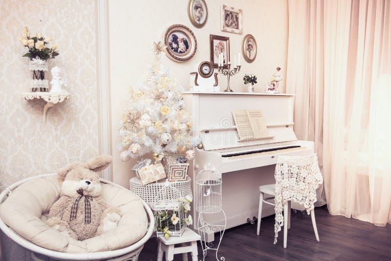 O design de interiores do Xmas inclui a árvore de Natal decorada branca com ornamento feitos à mão, caixas de presente sob ele e  imagem de stock royalty free