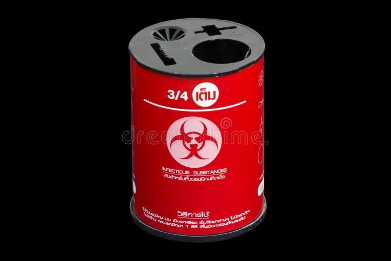 O desperdício clínico contaminado médico dos sharps do biohazard vermelho contém imagem de stock royalty free