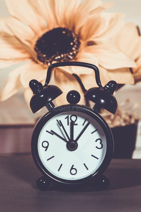 O despertador diz o tempo fotografia de stock royalty free