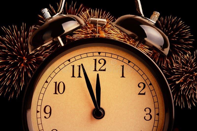 O despertador do vintage está mostrando a meia-noite É o pulso de disparo do ` de doze o, conceito festivo do ano novo feliz do f fotografia de stock