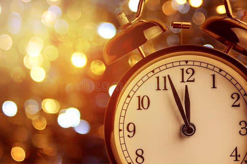 O despertador do vintage está mostrando a meia-noite É pulso de disparo do ` de doze o, Natal e bokeh, conceito festivo do ano no fotos de stock royalty free